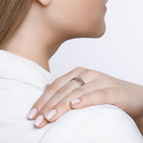 Кольцо из комбинированного золота с алмазной гранью с бриллиантом 1011557 SOKOLOV фото 4