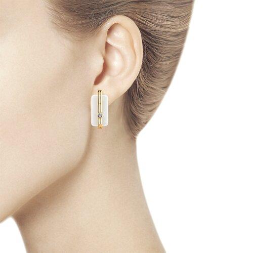 Серьги из золота с бриллиантами и белыми керамическими вставками (6025108) - фото №3
