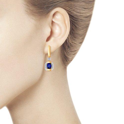 Серьги из золота с бриллиантами и синими корундами (синт.) (6022124) - фото №2