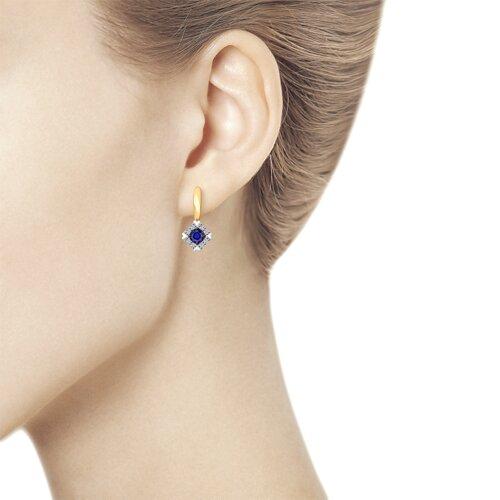 Серьги из золота с бриллиантами и синими корундами (синт.) (6022127) - фото №2