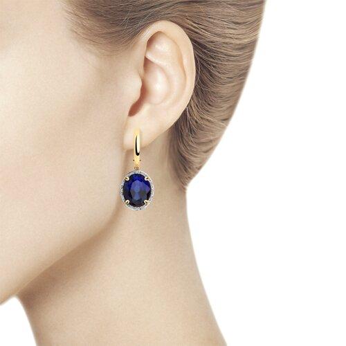 Серьги из золота с бриллиантами и синими корунд (синт.) (6022163) - фото №2